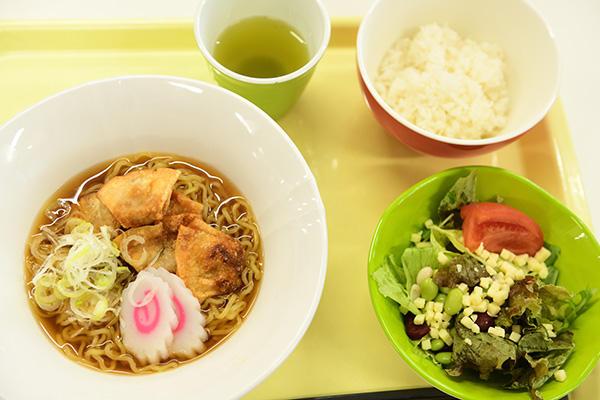 B定食はワンタンメン+サラダ+御飯つき